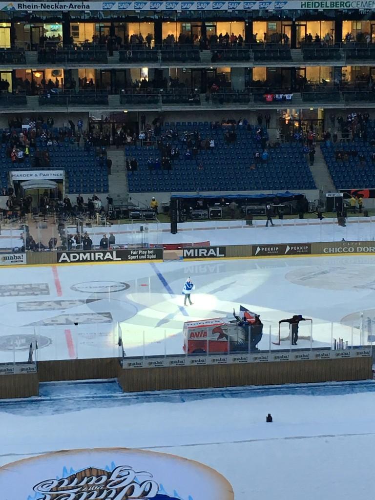 Bei der Mannschaftsaufstellung vor dem DEL Winter Game 2017 im Fußball Stadion Sinsheim. Bild: privat
